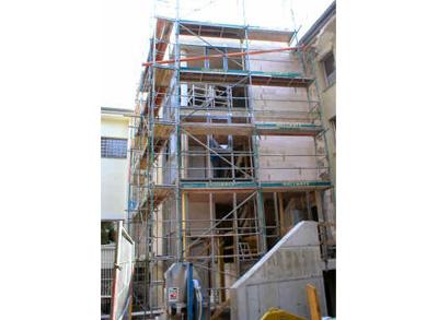 Der fast fertig gestellte Treppenhausanbau