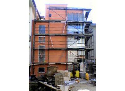 Das Treppenhaus, bereits mit Fenstern und fertiger Fassade