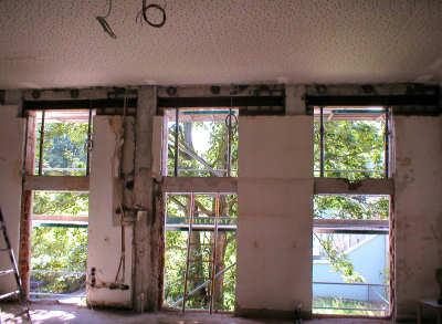 Die Brüstungen wurden abgebrochen und Stahlträger eingezogen. Die Stahlbeton-Stürze in den Fenstermitten wurden anschließend entfernt.