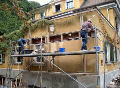 Ein massiver Stahlträger wird zur Abfangung eingezogen um das darunter liegende Mauerwerk öffnen zu können