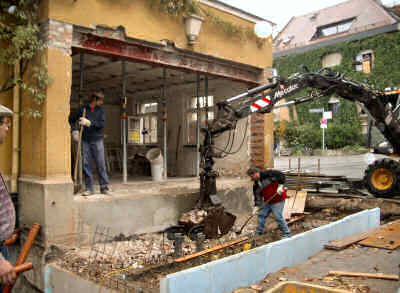 Abbruch der Wand unterhalb des Stahlträgers für den neuen Eingang