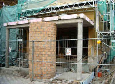Der neue Eingang mit Ortbetonbodenplatte und Decke sowie neu aufgemauerter Litfaßsäule