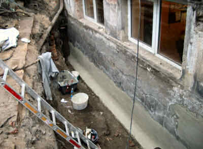 Rings um das Gebäude wurde der gemauerte Keller freigelegt,